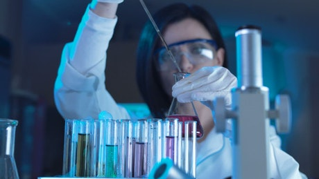 A scientist woman working in the lab