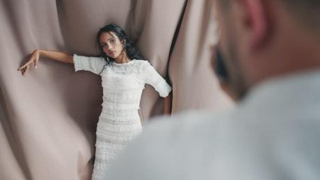 Bautiful dark skinned model poses for photographer