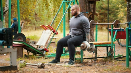 Body builder training in an outdoor gym