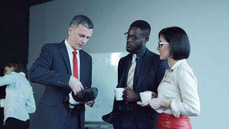 Businessman explaining how to use virtual reality