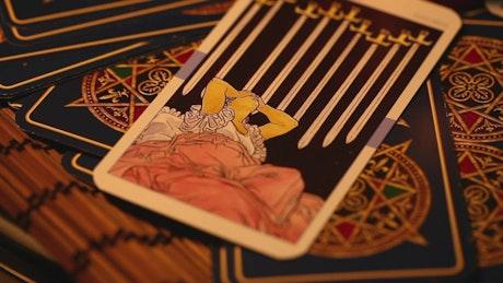 Cartas del tarot sobre una mesa, spinning close up