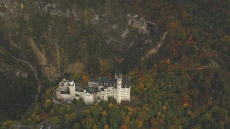 Castillo en medio de un bosque desde el aire