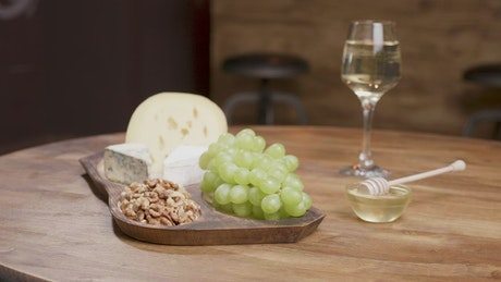 Cheese and grapes with white wine