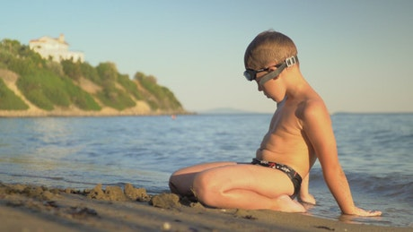 Child waiting for the waves