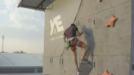 Descending a large mountaineering wall with a rope