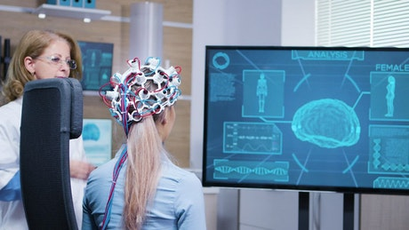 Doctor shows patient brain scan on large screen