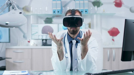 Doctor uses VR innovation to explore 3d brain