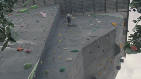 Girl descending from the top of a wall for mountaineering