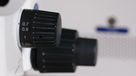 Increasing the zoom on a microscope