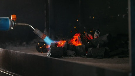Kindling charcoal for the grill with a gas burner
