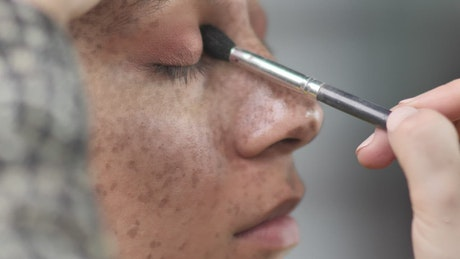 Making up a woman's eyes