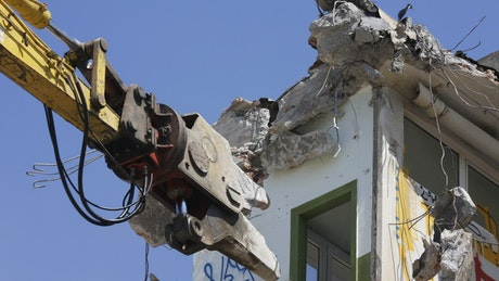 Mechanical clamp destroying building