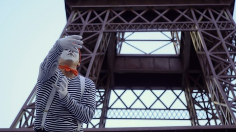 Mime in front of the Eiffel tower