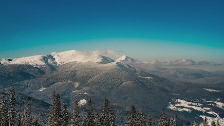 在冬天,时间流逝的山地景观
