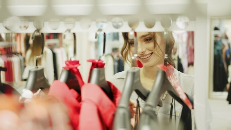 Mujer mirando la ropa en el centro comercial