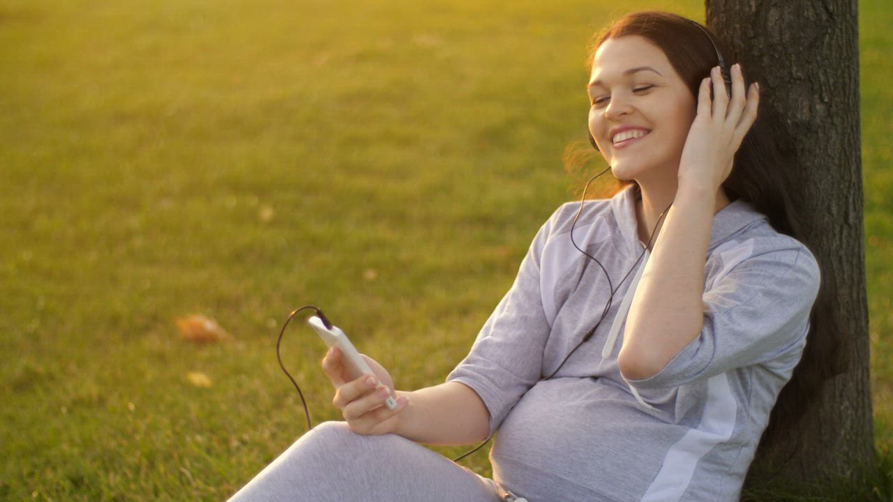 5 Things That Happen To Your Body When You Hear Music You ... |Woman Listening To Music