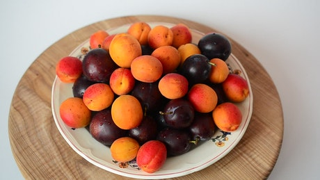 Presentation of grapes and small peaches