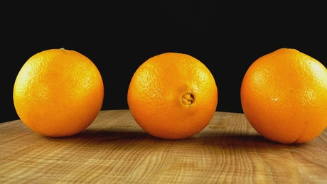 Presentation of oranges rotating on a table