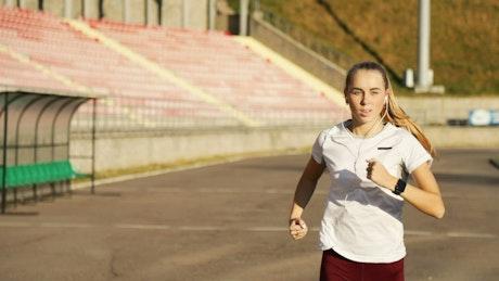 Runner gets motivational hi-five from trainer