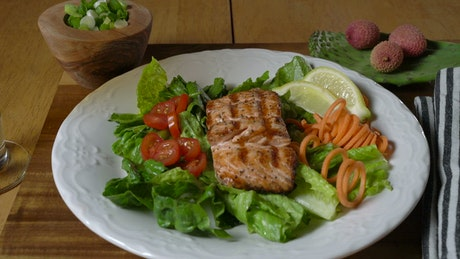 Salmon steak with vegetables and lemon