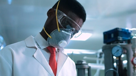 Scientist with a facemask in the lab