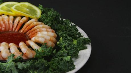 Shrimp ring with lemon
