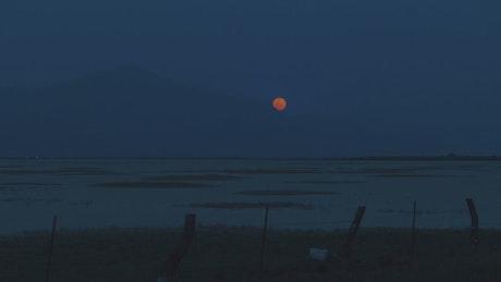 晚上天边月亮慢慢升起