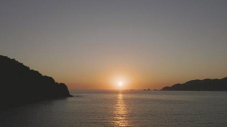 太阳在海上的地平线慢慢升起