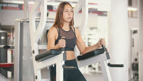 Woman exercising her abs on a gym machine