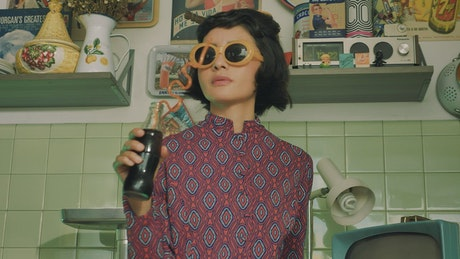 Woman with sunglasses drinking a coke
